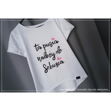 ta pusia należy do... + imię - śmieszna koszulka dla dziewczyny żony :D