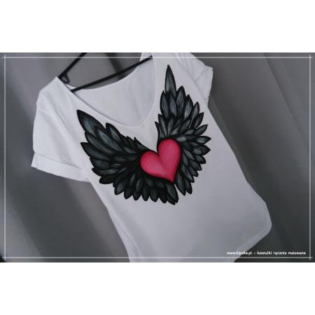 L/XL fason: serek - skrzydła + czerwono różowe serce na plecach, przód gładki.