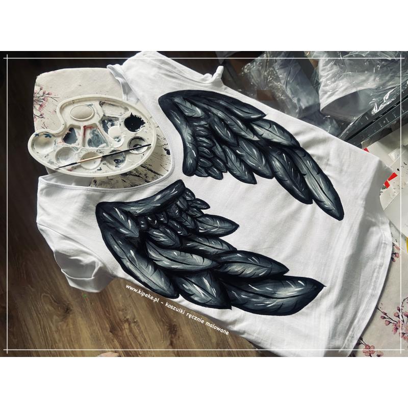 S/M koszulka ze skrzydłami kolor - tył koszulki rysunek + dekolt. Przód gładki.